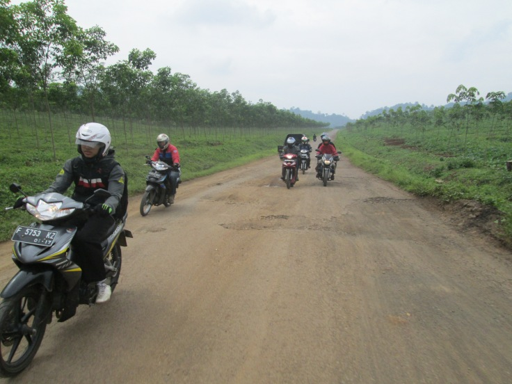 Jalan yang semakin parah 1 km setelah pertigaan Ciranjang