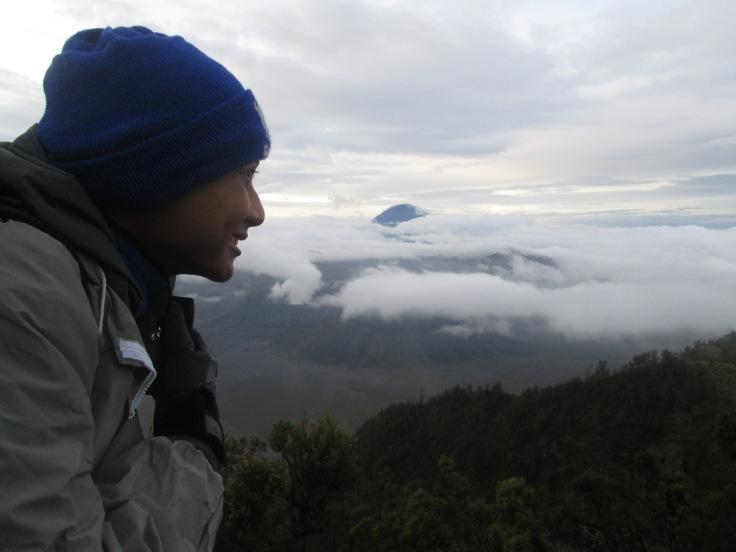M. Arief latar belakangnya Gunung Batok(bawah) dan Gunung Semeru tersembunyi kabut