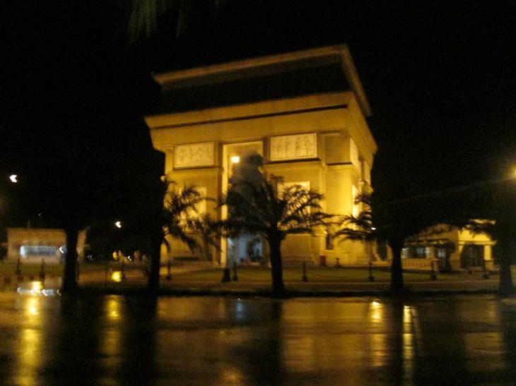Arc de Triomphe a la Kediri di malam hari